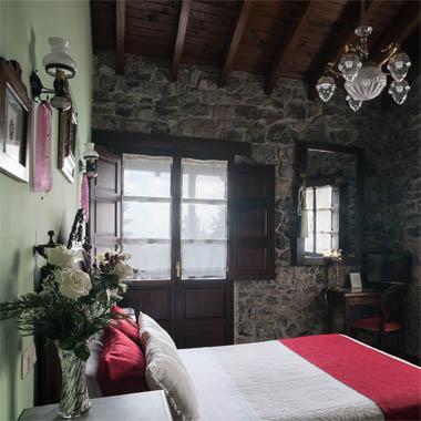 Habitación Tenada, con cama matrimonial y baño completo con bañera