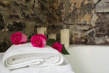 Detalle de flores y velas junto a la bañera