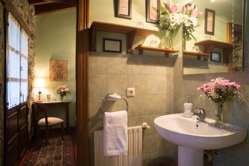 Detalle del baño en la habitación La Tanobia