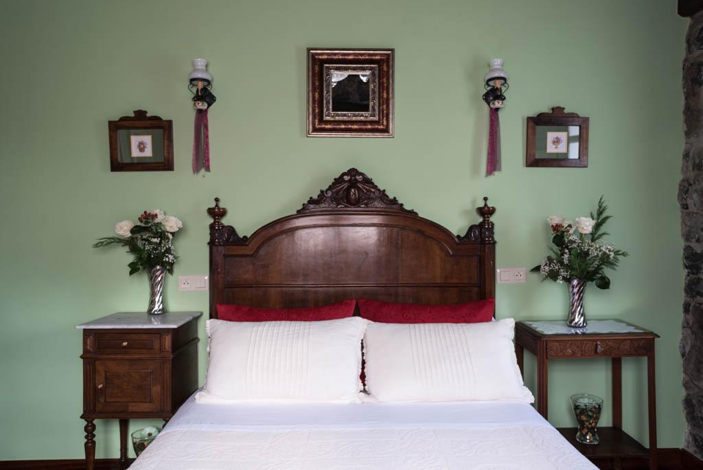 Habitación con cama matrimonial en La Labriega, Villaviciosa