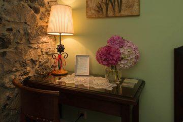 Rincon de la casa, escritorio con lámpara y flores