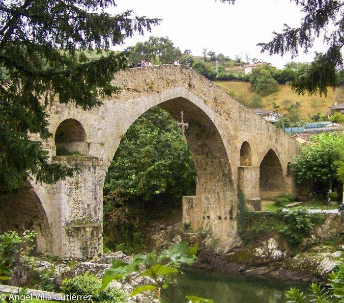 Puente de Cangas de Onís de camino a Picos de Europa
